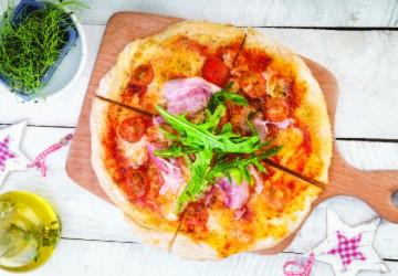 Pizza cu bacon și roșii